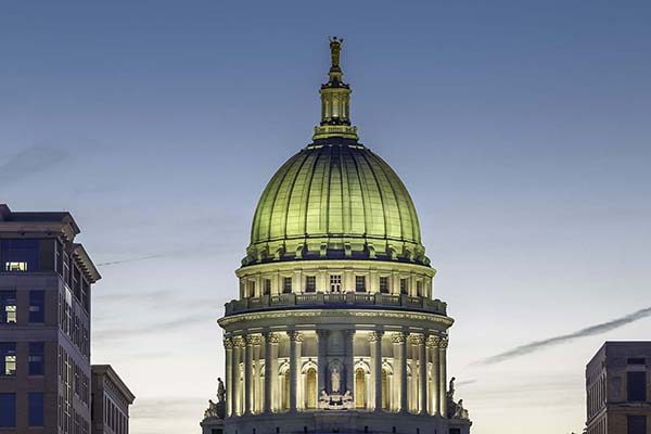 The capital building in Madison Wisconsin at dusk